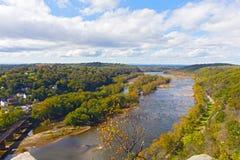 Εναέρια άποψη σχετικά με ένα ίχνος κατά μήκος Potomac του ποταμού και τα κτήρια κοντά στο σιδηροδρομικό σταθμό πορθμείων Harpers στοκ φωτογραφία