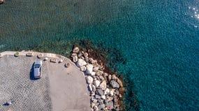 Εναέρια άποψη σχετικά με μια αποβάθρα χώρων στάθμευσης κατά μήκος της ακροθαλασσιάς Σορέντο Meta, αλιεία στοκ εικόνες
