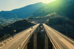 Εναέρια άποψη σχετικά με μια εθνική οδό κοντά στην πόλη του Μετσόβου στις ακτίνες ηλιοβασιλέματος στοκ εικόνες με δικαίωμα ελεύθερης χρήσης