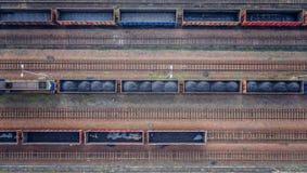 Εναέρια άποψη σχετικά με τα βαγόνια εμπορευμάτων με το μαύρο άνθρακα Στοκ φωτογραφία με δικαίωμα ελεύθερης χρήσης