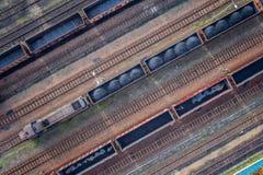 Εναέρια άποψη σχετικά με τα βαγόνια εμπορευμάτων με το μαύρο άνθρακα Στοκ εικόνες με δικαίωμα ελεύθερης χρήσης