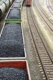 Εναέρια άποψη σχετικά με τα βαγόνια εμπορευμάτων με το μαύρο άνθρακα Στοκ Φωτογραφία