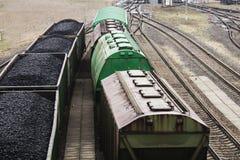 Εναέρια άποψη σχετικά με τα βαγόνια εμπορευμάτων με το μαύρο άνθρακα Στοκ Εικόνες