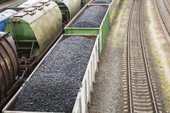 Εναέρια άποψη σχετικά με τα βαγόνια εμπορευμάτων με το μαύρο άνθρακα Στοκ Εικόνα