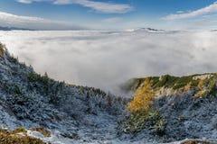 Εναέρια άποψη σχετικά με τα βουνά και τα σύννεφα στοκ φωτογραφίες με δικαίωμα ελεύθερης χρήσης