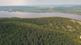 Εναέρια άποψη σχετικά με τα βουνά στο ρωσικό ποταμό στο υπόβαθρο απόθεμα βίντεο