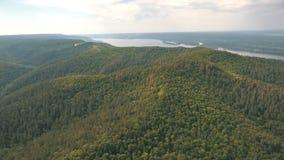 Εναέρια άποψη σχετικά με τα βουνά στο ρωσικό ποταμό στο υπόβαθρο φιλμ μικρού μήκους