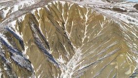 Εναέρια άποψη σχετικά με τα βουνά χιονιού Επικό πανόραμα ορών Ο κηφήνας που πυροβολείται των βουνών Apline, κηφήνας εξετάζει το δ φιλμ μικρού μήκους