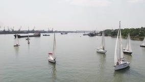 Εναέρια άποψη σχετικά με τα γιοτ σε μια άγκυρα στο λιμάνι, σειρά βαρκών Βάρκες πανιών μια όμορφη ασυννέφιαστη ημέρα στη μαρίνα απόθεμα βίντεο