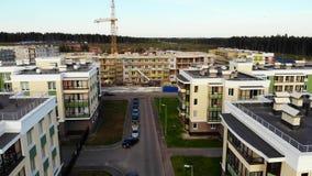 Εναέρια άποψη σχετικά με τα κτήρια κάτω από την οικοδόμηση, γερανός με το φορτίο φιλμ μικρού μήκους