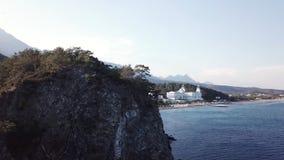 Εναέρια άποψη σχετικά με την ακτή με το ξενοδοχείο πολυτελείας με το δάσος και το υπόβαθρο και το μπλε ουρανό βουνών βίντεο Όμορφ στοκ φωτογραφίες με δικαίωμα ελεύθερης χρήσης