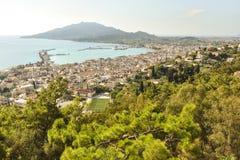 Εναέρια άποψη σχετικά με την κύρια πόλη, το θέρετρο και το λιμάνι με το τοπίο της θάλασσας και του βουνού στοκ εικόνες