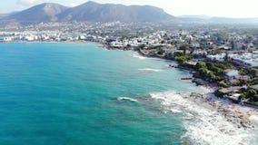Εναέρια άποψη σχετικά με την μπλε θάλασσα και την παραλία, Κρήτη, Ελλάδα απόθεμα βίντεο