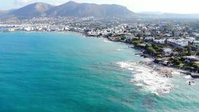 Εναέρια άποψη σχετικά με την μπλε θάλασσα, την παραλία και τα συντρίβοντας κύματα, Κρήτη, Ελλάδα απόθεμα βίντεο