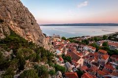 Εναέρια άποψη σχετικά με την παλαιά πόλη Omis και την ιερή εκκλησία πνευμάτων, Δαλματία Στοκ Φωτογραφία