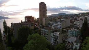 Εναέρια άποψη σχετικά με την πόλη του Μοντρέ πέρα από τη λίμνη της Γενεύης απόθεμα βίντεο