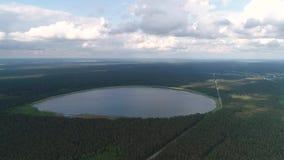 Εναέρια άποψη σχετικά με την όμορφη στρογγυλή λίμνη απόθεμα βίντεο