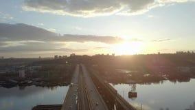 Εναέρια άποψη σχετικά με τη γέφυρα κυκλοφορίας πέρα από τον ποταμό στην ηλιόλουστη ημέρα φθινοπώρου, αυτοκίνητα στη γέφυρα απόθεμα βίντεο