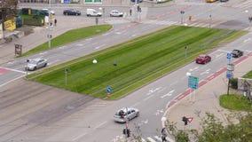 Εναέρια άποψη σχετικά με τη διασταύρωση κυκλικής κυκλοφορίας στο Μπρνο απόθεμα βίντεο