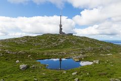 Εναέρια άποψη σχετικά με τη λίμνη και την πόλη βουνών από τα φιορδ στοκ φωτογραφία