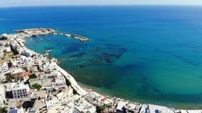 Εναέρια άποψη σχετικά με τη λευκιά πόλη της Ελλάδας, την μπλε θάλασσα και τη μαρίνα, Κρήτη απόθεμα βίντεο