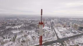 Εναέρια άποψη σχετικά με τις συσκευές αποστολής σημάτων του πύργου τηλεπικοινωνιών στο τοπ και αστικό τοπίο απόθεμα βίντεο