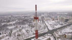 Εναέρια άποψη σχετικά με τις συσκευές αποστολής σημάτων του πύργου τηλεπικοινωνιών στο τοπ και αστικό τοπίο με το πάρκο απόθεμα βίντεο