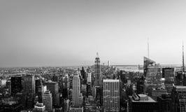 Εναέρια άποψη σχετικά με τον ορίζοντα πόλεων στην πόλη της Νέας Υόρκης, ΗΠΑ, σε ένα θερμό ηλιόλουστο καλοκαίρι μαύρο λευκό Στοκ Φωτογραφίες