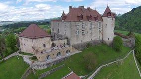 Εναέρια άποψη σχετικά με το κάστρο Gruyeres στο καντόνιο Fribourg, Ελβετία απόθεμα βίντεο