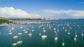 Εναέρια άποψη σχετικά με το κέντρο πόλεων του Ώκλαντ πέρα από το λιμάνι Waitemata Νέα Ζηλανδία Στοκ Εικόνες