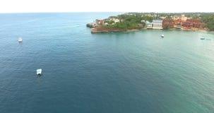 Εναέρια άποψη σχετικά με το τροπικό νησί στον Ατλαντικό Ωκεανό Όμορφη ακτή και μπλε ωκεανός σκάφη και άσπρο να επιπλεύσει βαρκών  φιλμ μικρού μήκους