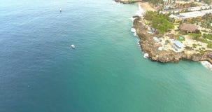 Εναέρια άποψη σχετικά με το τροπικό νησί στον Ατλαντικό Ωκεανό Όμορφη ακτή και μπλε ωκεανός 4K φιλμ μικρού μήκους
