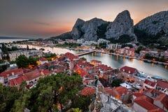 Εναέρια άποψη σχετικά με το φαράγγι ποταμών Omis και Cetina το βράδυ Στοκ φωτογραφίες με δικαίωμα ελεύθερης χρήσης