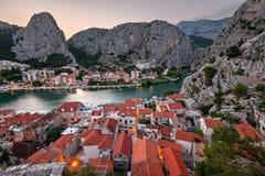 Εναέρια άποψη σχετικά με το φαράγγι ποταμών Omis και Cetina το βράδυ Στοκ Εικόνα