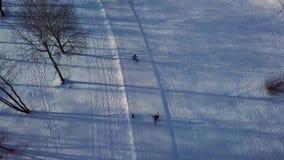 Εναέρια άποψη σχετικά με το χειμερινό πάρκο με τη διαγώνια να κάνει σκι χωρών κλίση απόθεμα βίντεο
