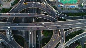 Εναέρια άποψη σχετικά με overpass ανταλλαγής και τον ανυψωμένο δρόμο στη Σαγκάη απόθεμα βίντεο