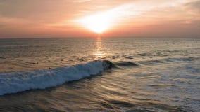 Εναέρια άποψη σώματος ωκεάνιου κύματος ηλιοβασιλέματος Surfer του οδηγώντας Ωκεάνιος τρόπος ζωής σερφ κηφήνων πυροβοληθείς 4k, ακ φιλμ μικρού μήκους