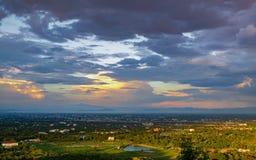 Εναέρια άποψη της άκρης της πόλης και του βουνού σε Chiang Mai Ταϊλάνδη στοκ εικόνες