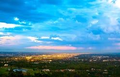 Εναέρια άποψη της άκρης της πόλης και του βουνού σε Chiang Mai Ταϊλάνδη στοκ εικόνες με δικαίωμα ελεύθερης χρήσης
