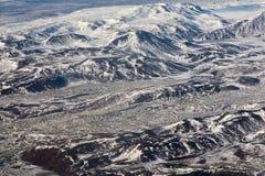 Εναέρια άποψη της έκτασης με τα χιονώδη βουνά της Ισλανδίας Στοκ εικόνες με δικαίωμα ελεύθερης χρήσης