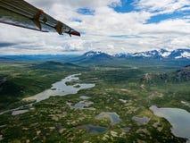 Εναέρια άποψη της αγριότητας πάρκων Katmai Natinional από το υδροπλάνο Στοκ εικόνα με δικαίωμα ελεύθερης χρήσης