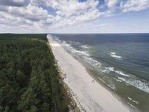 Εναέρια άποψη της ακτής και του δάσους της θάλασσας της Βαλτικής κοντά σε Krynica Morska ι Στοκ Εικόνες