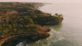 Εναέρια άποψη της ακτής και του ωκεανού στο θερμό ηλιοβασίλεμα φιλμ μικρού μήκους