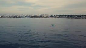 Εναέρια άποψη της αλιείας ψαράδων σε μια βάρκα κουπιών στα μπλε νερά θάλασσας φιλμ μικρού μήκους
