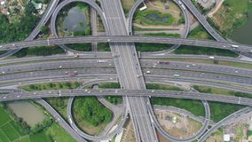 Εναέρια άποψη της ανταλλαγής εθνικών οδών - μήκος σε πόδηα έννοιας μεταφορών φιλμ μικρού μήκους
