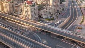 Εναέρια άποψη της ανταλλαγής εθνικών οδών το στο κέντρο της πόλης βράδυ του Ντουμπάι timelapse απόθεμα βίντεο