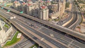 Εναέρια άποψη της ανταλλαγής εθνικών οδών το στο κέντρο της πόλης πρωί του Ντουμπάι timelapse απόθεμα βίντεο
