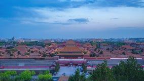 Εναέρια άποψη της απαγορευμένης πόλης που αντιμετωπίζεται από την ημέρα Hill Jingshan στο νυχτερινό σφάλμα στο Πεκίνο, Κίνα απόθεμα βίντεο