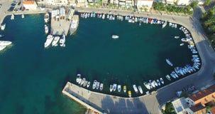 Εναέρια άποψη της βάρκας που μπαίνει στη μαρίνα Supetar στο νησί Brac, Κροατία φιλμ μικρού μήκους
