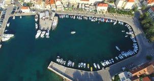 Εναέρια άποψη της βάρκας που μπαίνει στη μαρίνα Supetar στο νησί Brac, Κροατία απόθεμα βίντεο